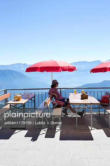 Enjoying the silence - p454m1179159 by Lubitz + Dorner
