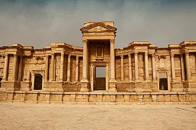 Ruinen des Theaters der Oasenstadt und UNESCO-Weltkulturerbe Palmyra/Tadmor nahe Damaskus, Syrien - p1493m2063556 von Alexander Mertsch
