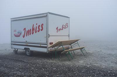 Imbiss im Nebel - p280m943705 von victor s. brigola