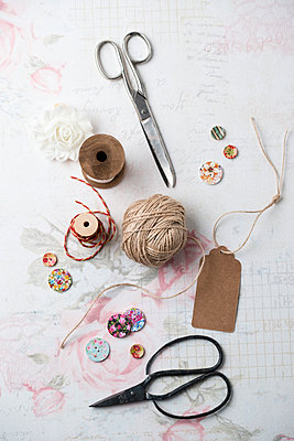 Sewing kit  with yarn and scissors - p300m1449830 by Mandy Reschke