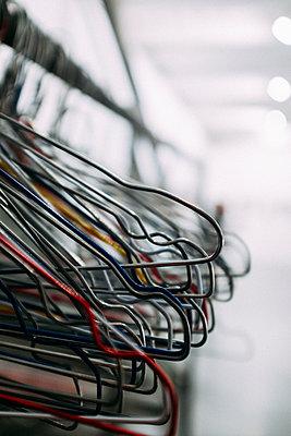Eine Reihe leerer Kleiderbügel - p795m2186121 von JanJasperKlein