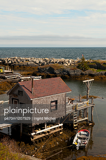 Fischerhütten in Blue Rocks - p470m1207929 von Ingrid Michel