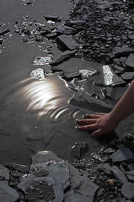 Hand am Wasser - p1308m1332352 von felice douglas
