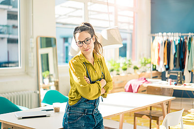 Portrait of smiling fashion designer in her studio - p300m1581574 by Robijn Page
