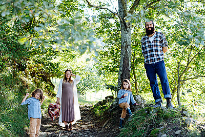 Portait of happy family with two kids in the forest - p300m2144478 by Sofie Delauw