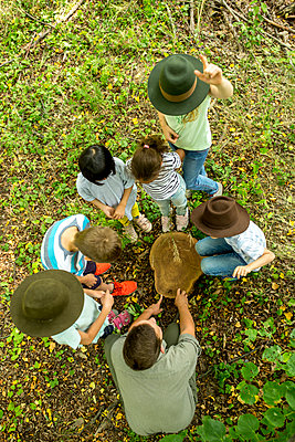 School children examining annual rings of a tree trunk - p300m2160759 by Fotoagentur WESTEND61