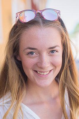 a happy young woman outdoors - p1323m1590373 von Sarah Toure