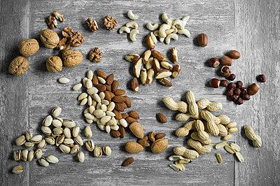 Peanuts, hazelnuts, cashew nuts, brazil nuts, pistachios and almonds - p300m2113960 by Achim Sass