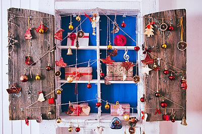 Gift boxes on wooden shelves near ornaments - p555m1444089 by Denis Tevekov