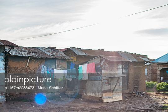 Africa, Uganda, Village, Corrugated iron huts - p1167m2283473 by Maria Schiffer