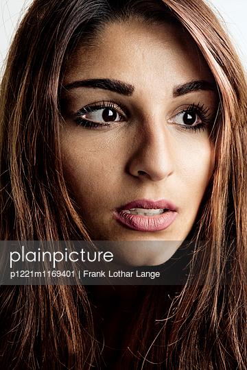 Porträt einer jungen Frau - p1221m1169401 von Frank Lothar Lange