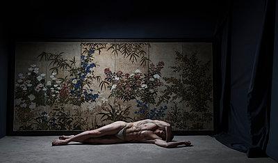 Ballet dancer lying on floor - p1139m2210702 by Julien Benhamou