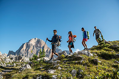 Italy, Friends trekking in the Dolomtes - p300m1460566 by ZoneCreative