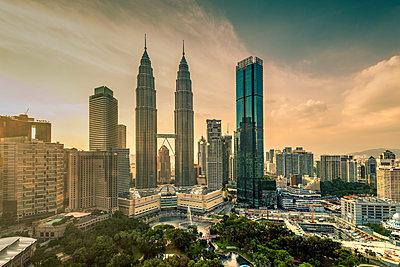 City skyline, Kuala Lumpur, Malaysia - p651m2033433 by Stefano Politi Markovina photography