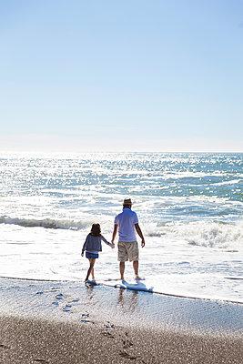 Vater und Tocher am Meer - p756m1181604 von Bénédicte Lassalle