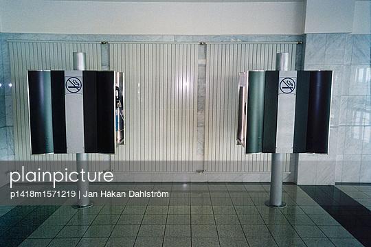 Öffentliche Relefone im Flughafen - p1418m1571219 von Jan Håkan Dahlström