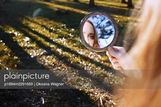 Mädchen mit Spiegel - p1694m2291659 von Oksana Wagner