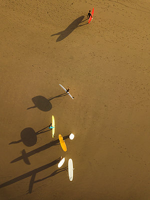 Aerial view of surfers at the beach - p1166m2137132 by Cavan Images