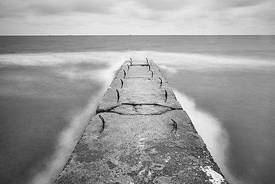 Wellenbrecher an der Küste - p1561m2150184 von Andrey Cherlat