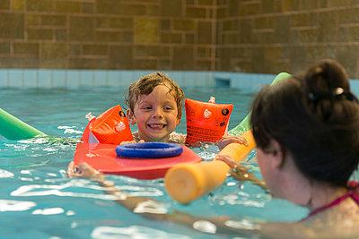 Im Schwimmbad - p282m953217 von Holger Salach