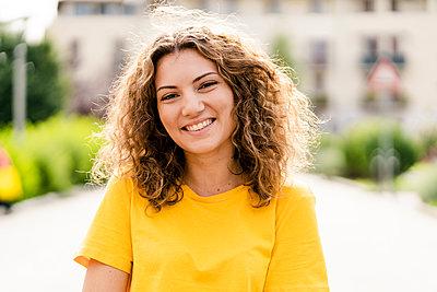 Portrait of smiling young woman - p300m2120154 von Giorgio Fochesato