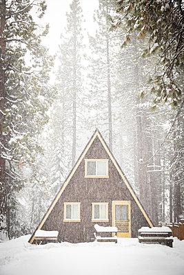 Snowcapped timber house, Kings Beach, California, USA - p756m2253154 by Bénédicte Lassalle