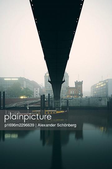 Bridge over Elbe river in the fog, Hamburg - p1696m2296639 by Alexander Schönberg