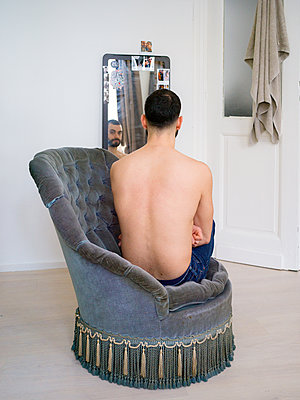 Rear view of bare-chested man - p1267m2043245 by Jörg Meier