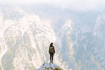 Frau genießt Ausblick auf Berge, Triglav Nationalpark, Mangart - p1396m2030866 von Hartmann + Beese