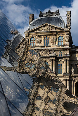 France, Paris, Louvre, view to facade with reflection on glass pyramide in the foreground - p300m1029032f by Heike Skamper