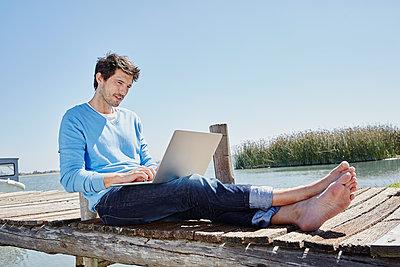 Südafrika, Westkap, Kapstadt, Bootssteg, Steg, Jetty, See, Mann mit Laptop, Internet, Arbeiten von unterwegs, Mobiles Arbeiten, Freiheit - p300m2267222 von Roger Richter