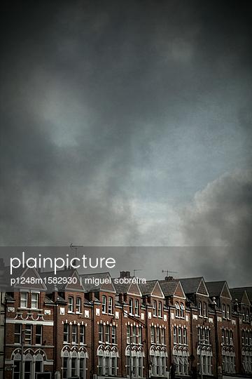 Häuserreihe in London - p1248m1582930 von miguel sobreira
