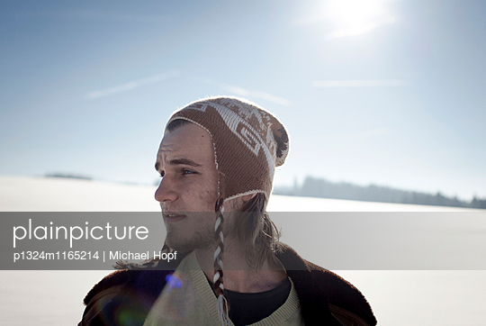 Junger Mann mit Wollmütze in Winterlandschaft - p1324m1165214 von michaelhopf