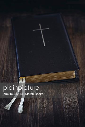 Bibel auf einem Tisch - p946m956213 von Maren Becker