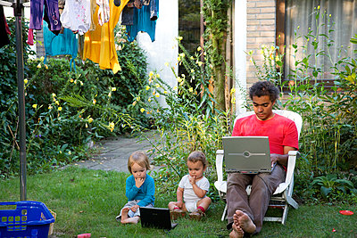 Man working at home with children - p1231m1043069 by Iris Loonen