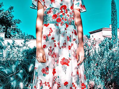 Frau in Blumenkleid - p1413m2221836 von Pupa Neumann