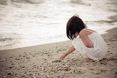 Kleines Mädchen am Strand - p1432m1496458 von Svetlana Bekyarova