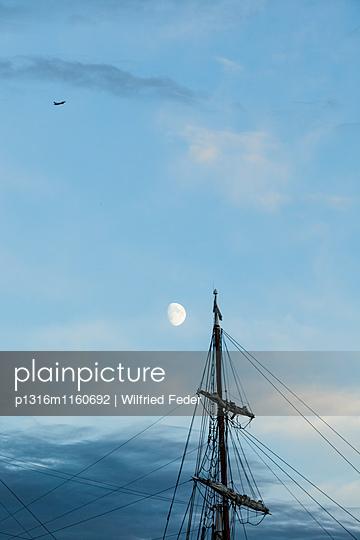 Mond über Mast von einem Segelschiff, Hamburg, Deutschland - p1316m1160692 von Wilfried Feder