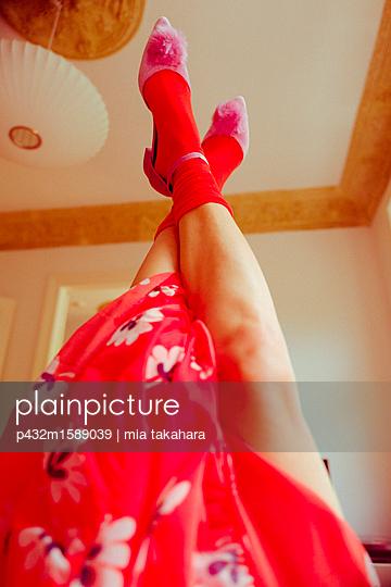 Frauenbeine in der Luft - p432m1589039 von mia takahara