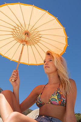 Frau mit orangenem Sonnenschirm - p045m1223612 von Jasmin Sander
