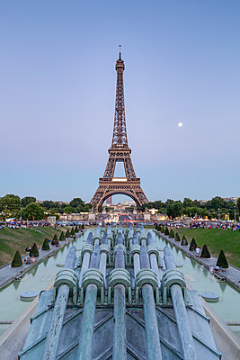 France, Paris, Eiffel Tower - p300m2005392 by Raul Podadera Sanz