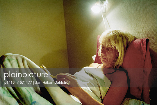 Im Bett lesen - p1418m1571177 von Jan Håkan Dahlström