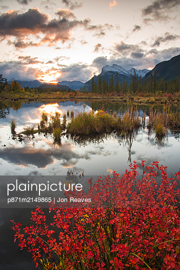 Sunrise at Vermillion Lakes with Mount Rundle in autumn, Banff National Park, UNESCO World Heritage Site, Alberta, Rocky Mountains, Canada - p871m2149865 by Jon Reaves