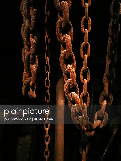 Rusty chains - p945m2229712 by aurelia frey