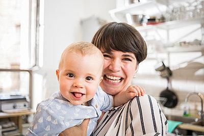Mutter und Baby lachen fröhlich - p1284m1466756 von Ritzmann