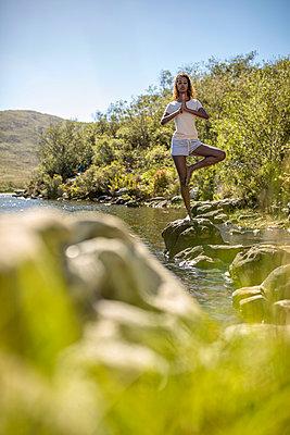 Junge Frau an einem Flussufer - p1355m1574223 von Tomasrodriguez