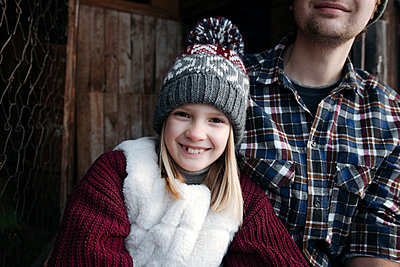 Portrait of smiling girl with her father outdoors in winter - p300m2160477 by Ekaterina Yakunina