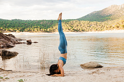 San Juan Swamp, San Martin de Valdeiglesias, Madrid, Spain. Women practicing yoga near a swamp - p300m2256313 von Manu Reyes