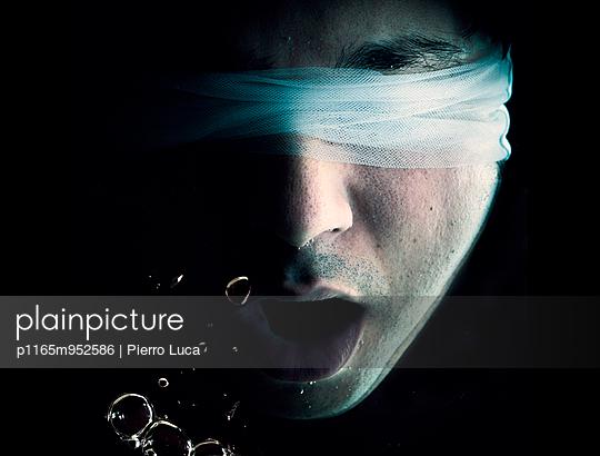 Man trying to breath underwater  - p1165m952586 by Pierro Luca