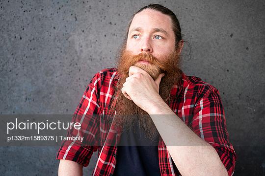 Porträt eines männlichen Hipsters - p1332m1589375 von Tamboly